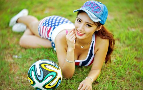 <b>性感美女化身红军足球宝贝</b>